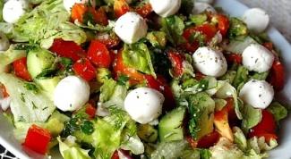 Овощной салат с креветками и моцареллой
