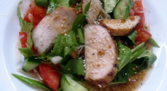 Куриное филе со свежими овощами и кунжутом