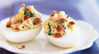 Как приготовить яйца, фаршированные авокадо, овощами и креветками
