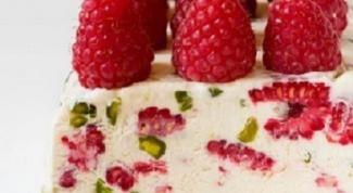Десерт с малиной и фисташками