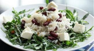 Теплый салат из риса с козьим сыром и фасолью