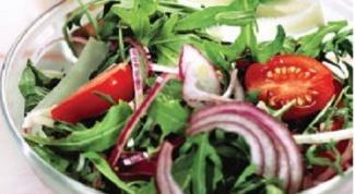 Салат с рукколой и сухариками