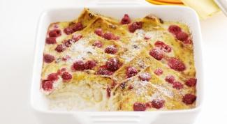 Десерт из запеченных гренок с ягодами