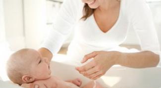 Купание новорожденного ребенка.