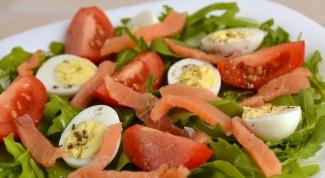 Салат с семгой, перепелиными яйцами и томатами черри