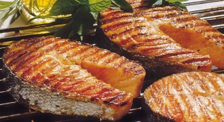 Delicious steaks of salmon or trout on the grill how to cook