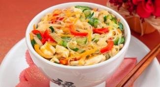 Фунчоза с овощами и куриным филе