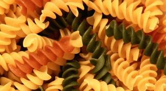 Готовим салат из цветных макарон с печенью