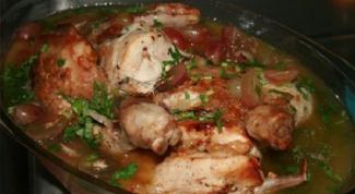 Курица, тушенная с каштанами в оливковом масле
