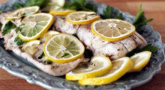 Как запечь рыбу с лимоном и чесноком