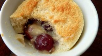 Как испечь порционный вишневый пудинг?