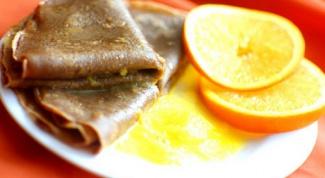 Шоколадные блины с апельсиновым соусом