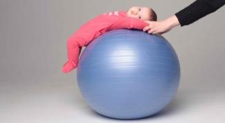 Как делать зарядку с грудным ребенком на фитболе