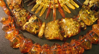 What to wear with amber decoration