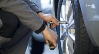 Как поменять колесо, если рядом нет шиномонтажа