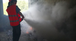 Как использовать и хранить порошковый огнетушитель