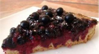 Пирог из черной смородины и творогом