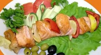 Шашлык из лосося с белым соусом