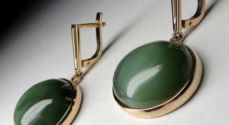 Золотые сережки с нефритом