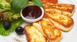 Французский сыр на гриле с бруснично-имбирным соусом
