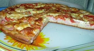Пицца на кефирном тесте с колбасой и помидорами