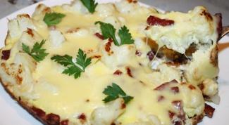 Яичница с копченой колбаской и сыром