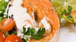 Рыба под шубой из зелени и сыра