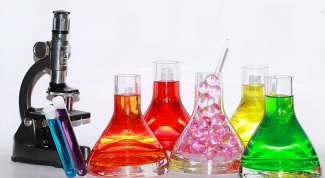 How can we distinguish formic acid from acetic