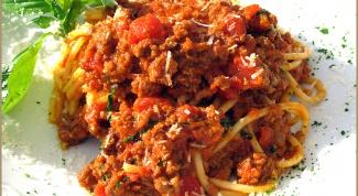 Спагетти под мясным соусом