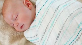 Надо ли пеленать младенца?