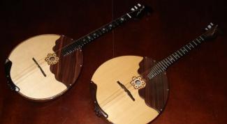 К каким музыкальным инструментам относится домбра