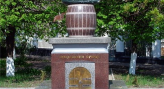 Где находится памятник огурцу