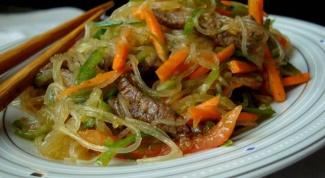 Горячий салат с редисом, говядиной и морковью