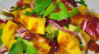 Тропический зеленый салат из манго и папайи