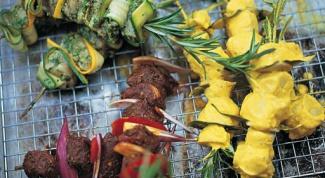 Маринованный рыбный шашлык на шампурах из розмарина