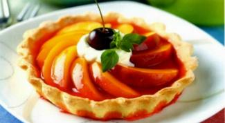 Тарталетки с ягодным желе и персиками