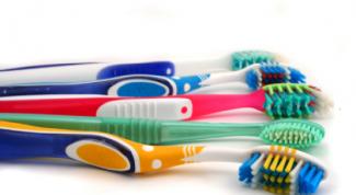 Почему нельзя забывать менять зубные щетки