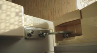 Как перевесить дверцу холодильника