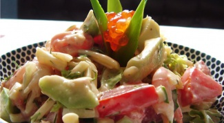 Салат из макарон с горбушей и авокадо
