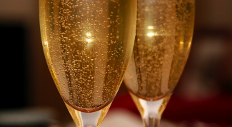 What distinguishes champagne from sparkling wine