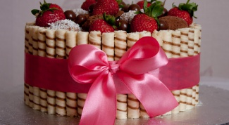 Cake with wafer rolls and strawberries
