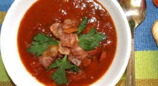 Томатный суп с охотничьими колбасками и беконом