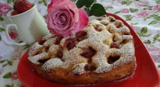 Клубничный бисквитный пирог с экзотическими цукатами