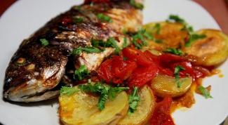 Как приготовить дораду с картофелем и помидорами