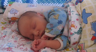 Как помочь младенцу при коликах
