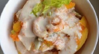 Салат с манго и креветками под сырным соусом