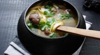 Пряный куриный суп в горшочках