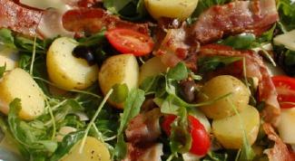Как приготовить горячий луковый салат с беконом