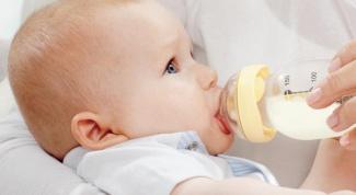 Как правильно кормить ребенка из бутылочки?