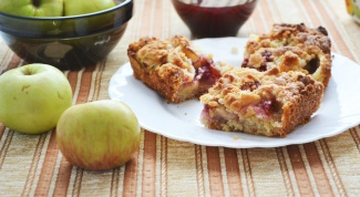 Как приготовить песочные квадратики с яблоками и малиновым джемом
